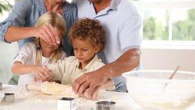 Moeder en vaderbaksel met hun kinderen stock videobeelden