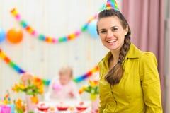 Moeder en vierende baby op achtergrond Stock Afbeeldingen