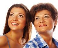 Moeder en volwassen dochter die omhoog kijken stock fotografie