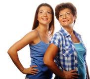 Moeder en volwassen dochter die omhoog kijken royalty-vrije stock afbeeldingen