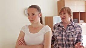 Moeder en volwassen dochter na ruzie stock videobeelden