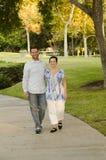Moeder en volwassen zoon die door het leven samen lopen Stock Afbeelding