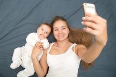 Moeder en weinig baby Stock Foto