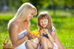Moeder en weinig dochter bij een picknick royalty-vrije stock afbeelding