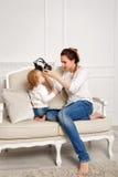 Moeder en weinig dochter Luister aan muziek stock foto's