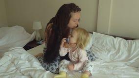 Moeder en weinig dochter op het bed stock footage