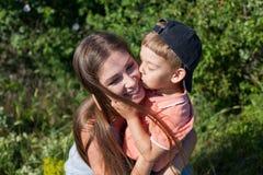 Moeder en weinig geluk van de het parkfamilie van het jongensspel royalty-vrije stock afbeelding