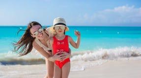Moeder en weinig jong geitje bij strand op zonnige dag stock fotografie