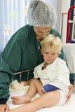 Moeder en weinig jongen in het ziekenhuis Royalty-vrije Stock Foto's