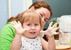 Moeder en weinig kind het koken Royalty-vrije Stock Foto