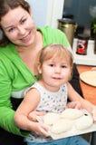 Moeder en weinig kind het koken Stock Foto
