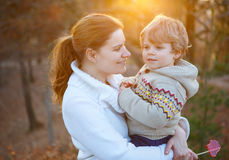 Moeder en weinig zoon in park of bos, in openlucht royalty-vrije stock fotografie