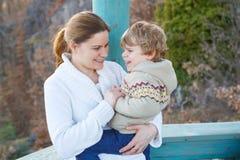 Moeder en weinig zoon in park of bos, in openlucht royalty-vrije stock afbeelding