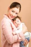 Moeder en zes van het babymaanden oud meisje Stock Fotografie
