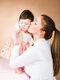 Moeder en zes van het babymaanden oud meisje Stock Afbeelding