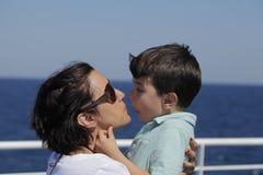Moeder en zon die van rit op een veerboot genieten stock afbeelding