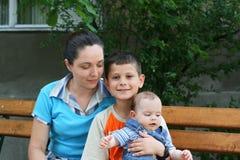 Moeder en zonen royalty-vrije stock fotografie