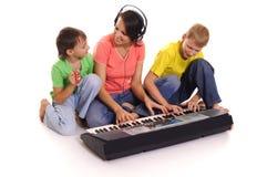moeder en zonen met piano Royalty-vrije Stock Afbeelding