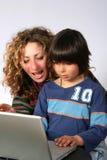 Moeder en zoon bij computer Royalty-vrije Stock Afbeelding