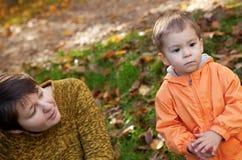 Moeder en zoon bij daling Royalty-vrije Stock Afbeelding