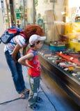Moeder en zoon bij een speelgoedwinkel Royalty-vrije Stock Foto's