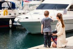 Moeder en zoon bij haven stock afbeeldingen