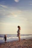 Moeder en zoon bij het strand Stock Foto