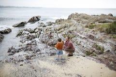 Moeder en zoon bij het strand Royalty-vrije Stock Afbeeldingen