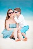Moeder en zoon bij strand royalty-vrije stock fotografie