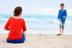 Moeder en zoon bij strand Stock Fotografie