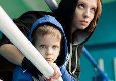 Moeder en zoon in de boksring Stock Foto's