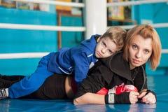 Moeder en zoon in de boksring Stock Foto