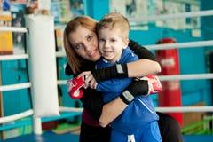 Moeder en zoon in de boksring Stock Afbeelding