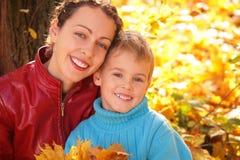 Moeder en zoon in de herfsthout Royalty-vrije Stock Afbeeldingen