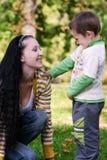 Moeder en zoon in de herfstpark Royalty-vrije Stock Foto's