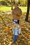 Moeder en zoon in de herfstpark Stock Afbeeldingen