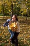 Moeder en zoon in de herfstpark Stock Afbeelding