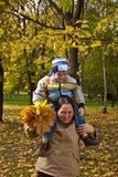 Moeder en zoon in de herfstpark Royalty-vrije Stock Fotografie