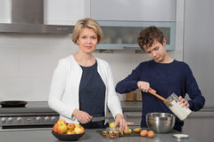 Moeder en Zoon in de keuken Stock Foto