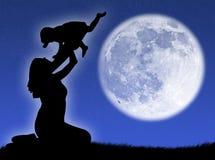 Moeder en zoon in de maan Royalty-vrije Stock Afbeeldingen