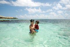 Moeder en zoon in de oceaan Royalty-vrije Stock Foto's