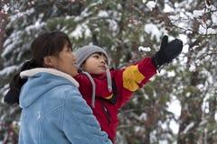 Moeder en zoon in de winter, Stock Afbeeldingen