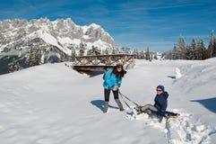 Moeder en zoon in de wintersneeuw stock fotografie