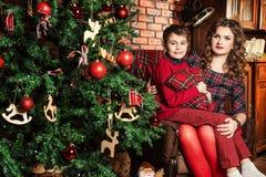 Moeder en zoon dichtbij een Kerstboom Royalty-vrije Stock Foto