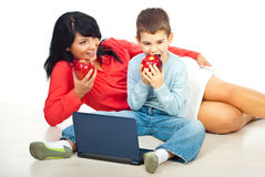 Moeder en zoon die appelen eten Royalty-vrije Stock Foto