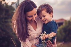 Moeder en zoon die bloemen bekijken Royalty-vrije Stock Fotografie