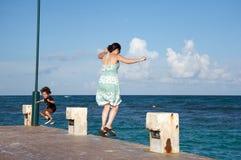 Moeder en zoon die in de oceaan springen Royalty-vrije Stock Afbeelding
