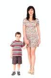 Moeder en zoon die in de zomer lopen Stock Afbeelding