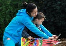 Moeder en zoon die een foto zelf in een park, in chengdu, China nemen Stock Foto's