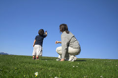 Moeder en zoon die een goed hebben stock foto